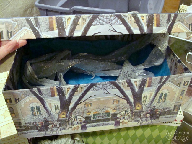 Gift Wrapping System-gift box stored with bow