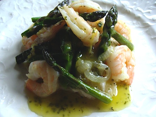 Shrimp & Asparagus over White Bean Puree - looks fancy, but it's quick, easy and tastes AMAZING | An Oregon Cottage