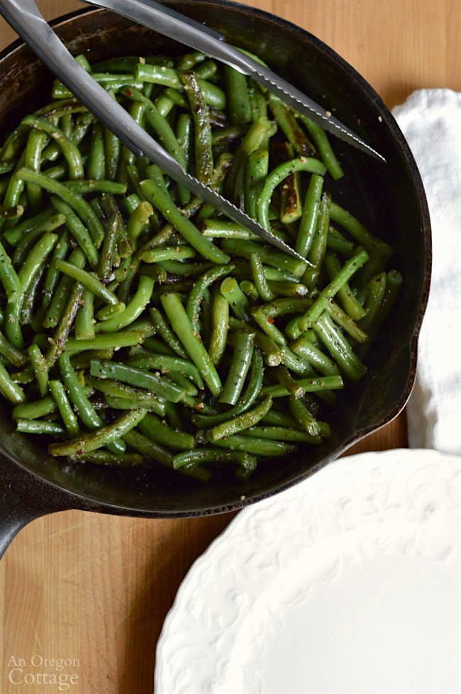 Skillet garlic green beans in pan