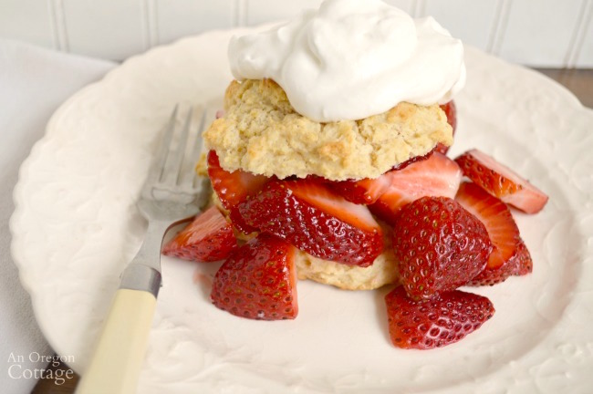 Strawberry Shortcake with crunchy biscuits dessert