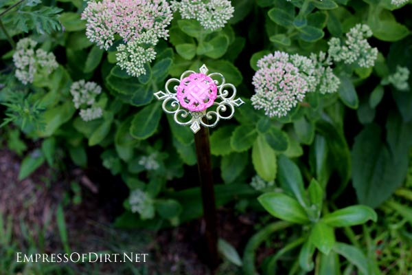 Upcycled garden: DIY Drawer Pull Hose Guard