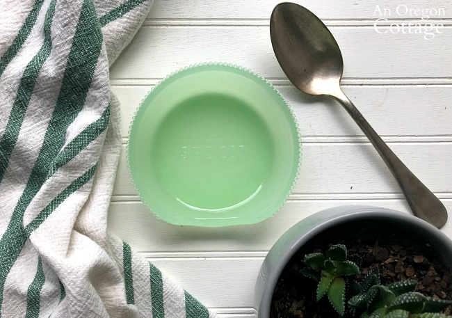 Green spoon holder